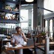 Imagen de hombre en llamada en una cafetería