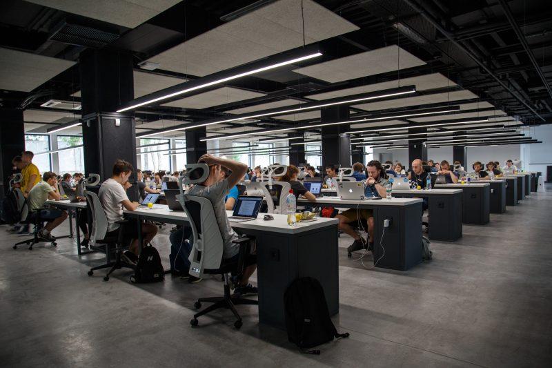 Oficina con muchas personas trabajando