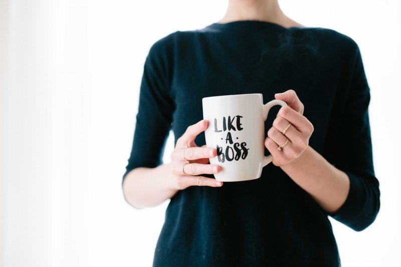 Mujer sosteniendo taza like a boss