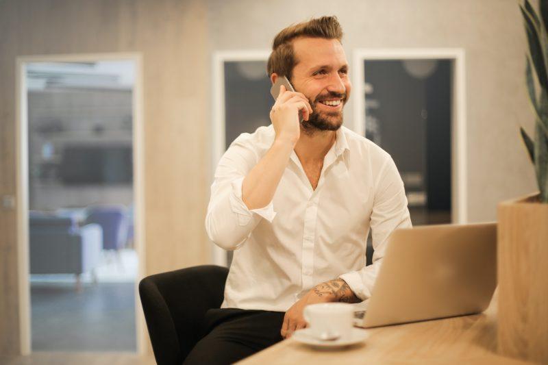 Hombre de negocios en llamada