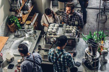 Imagen decorativa de personas en un cafe