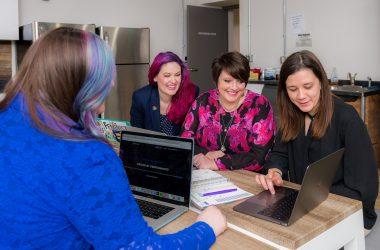 Mujeres reunidas trabajando